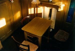 Het nog originele interieur van de roef (de oude schipperswoning). Tegenwoordig is ook het ruim ingericht met een keuken, tafel, bedden en toilet.